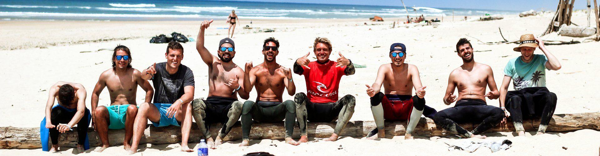 Comenzando la clase de surf en la playa de Francia