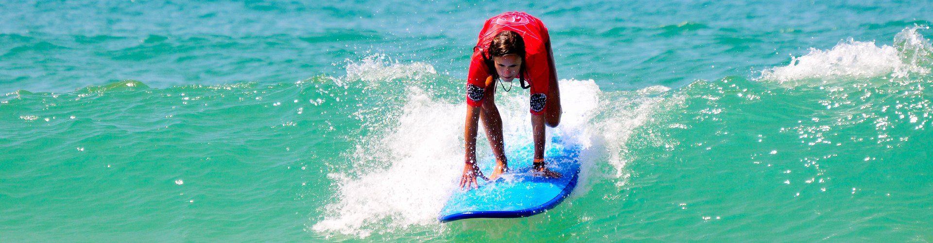 aprendiendo a surfear en un dia soleado en Francia con Planet Surf Camps