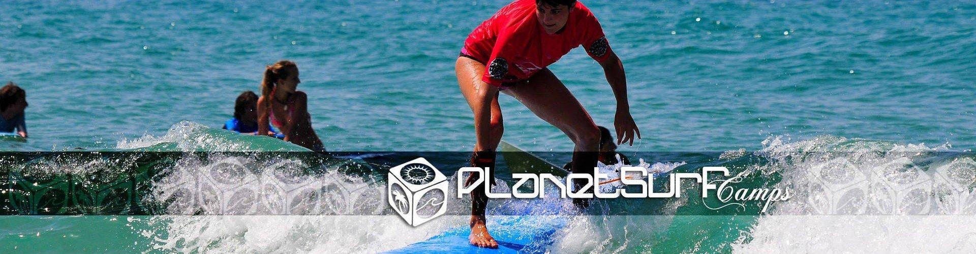 junior surfeando una ola soleada en Europa