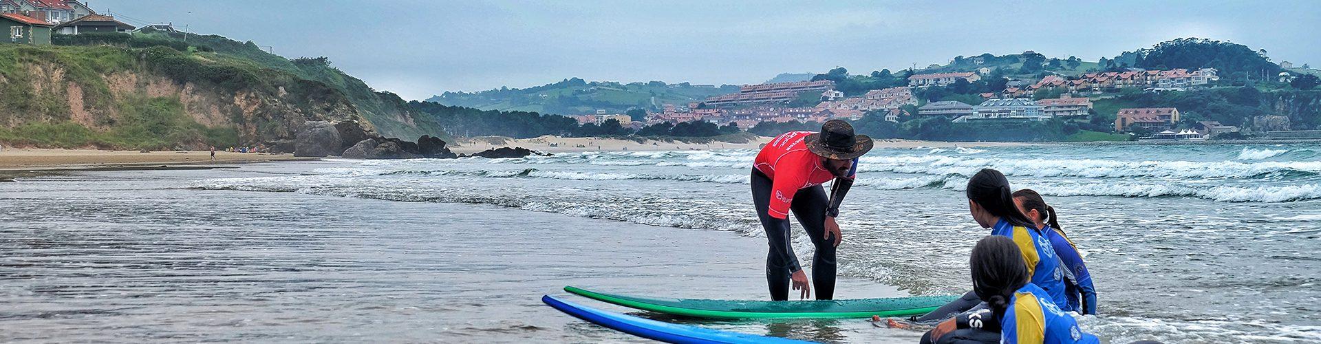 practicando surf en España