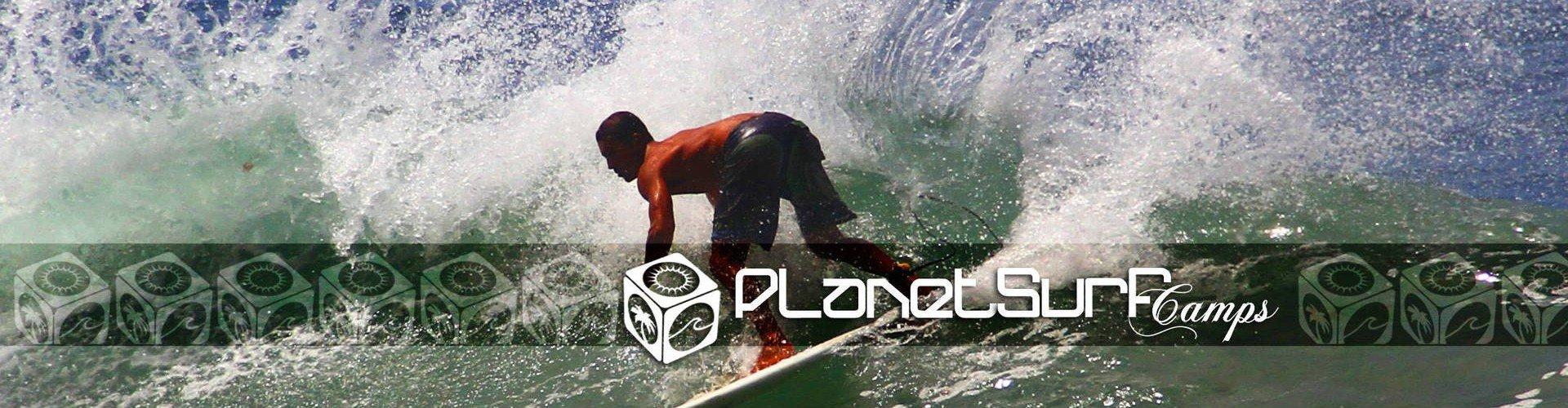 Surfer cualificado cogiendo una ola