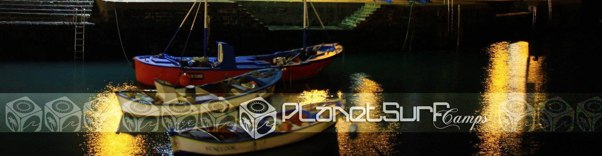 botes por la noche en pequeño puerto Canarias